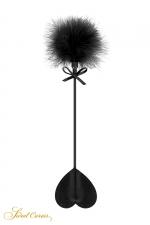 Tapette coeur avec pompon noir - Sweet Caress : Mini cravache légère pour jeux BDSM softs, avec un cœur en guise de claquette et un pompon noir à l'autre extrémité.